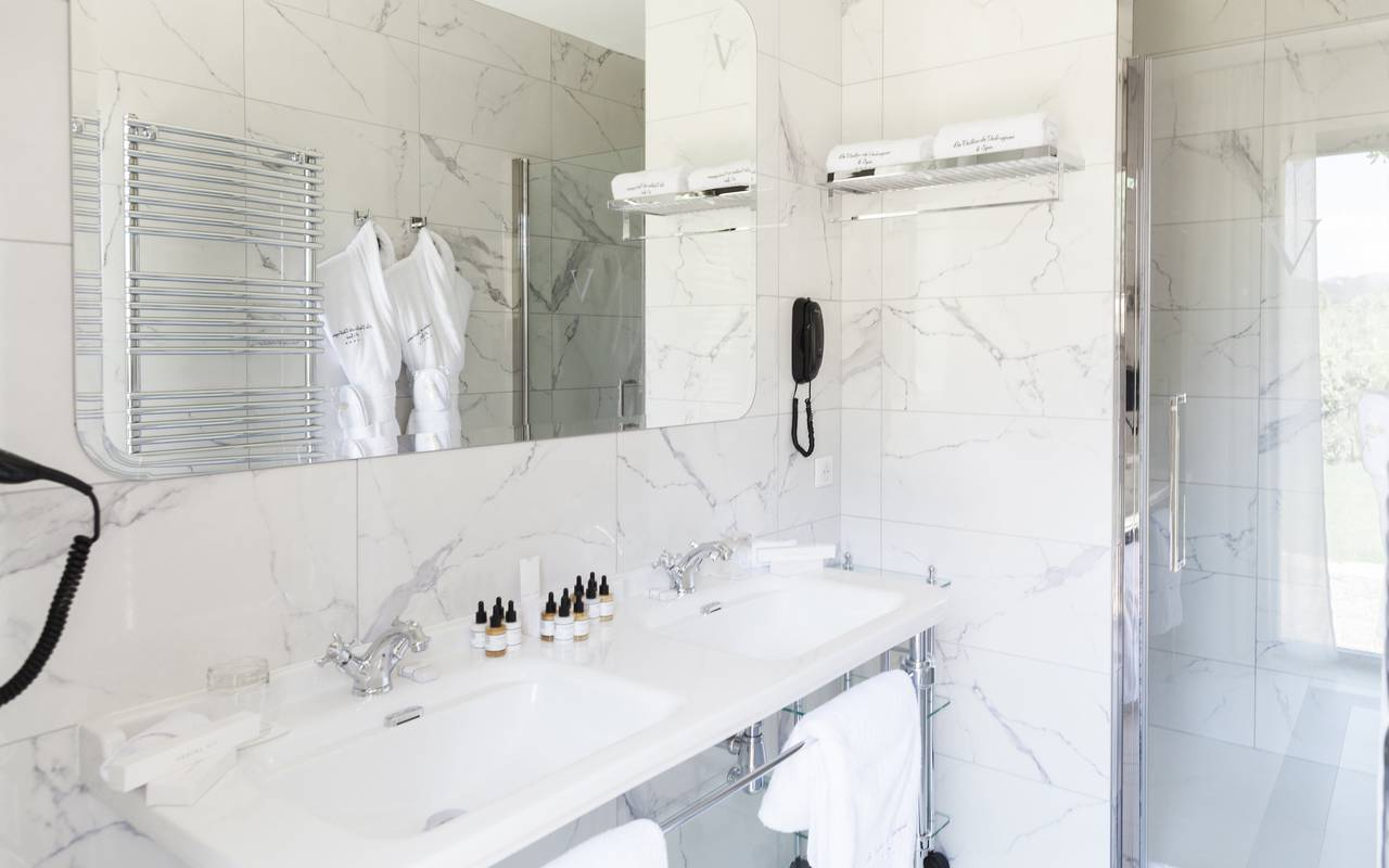 Illuminated and spacious bathroom, villas to rent in provence with pools, Le Vallon de Valrugues & Spa
